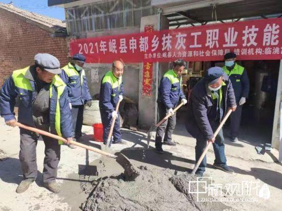 连日来,岷县申都乡举办抹灰技能培训班,全乡26名劳动力参加此次培训。