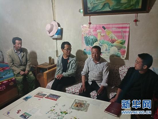 孙照杰(左二)在群众家中了解情况。(甘肃省卓尼县木耳镇党建办公室供图)