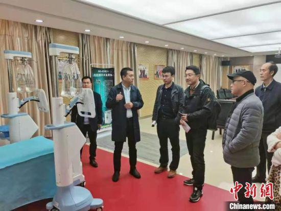 图为上海考察团在甘肃科技企业参观交流。甘肃省科技厅供图
