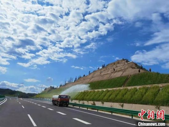 图为甘肃境内高速公路。(资料图) 马海文 摄