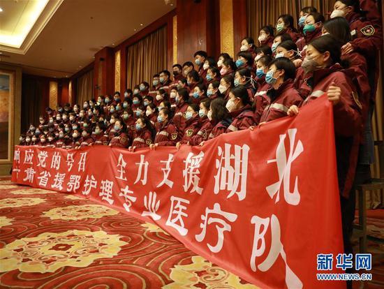 2月4日,甘肃省第二批援鄂护理专业医疗队队员在出发仪式上。