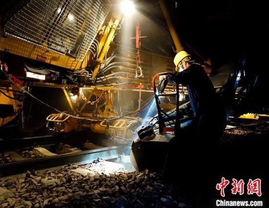 图为铁路工人在施工现场。