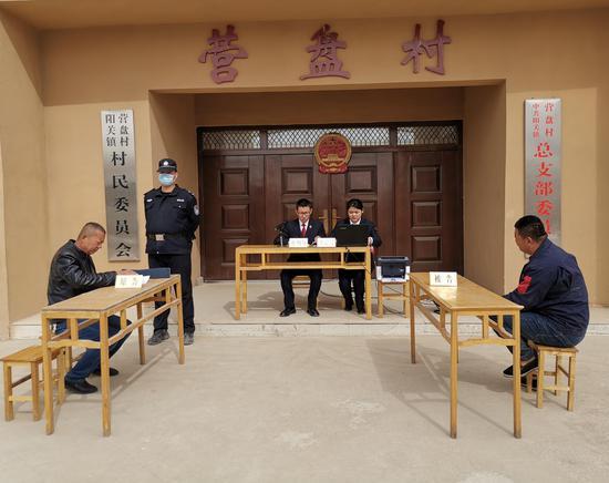敦煌市法院流动法庭把庭审送到群众家门口。