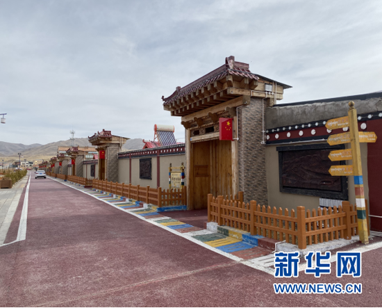 尕秀村内整洁的路面以及藏式宅院。新华网发(杨晓晶 摄)