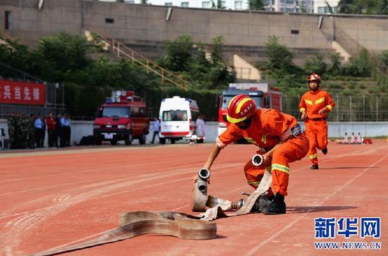 正在进行演练的消防官兵