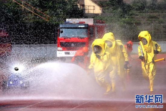 消防官兵正在进行危险化学品泄漏事故处置