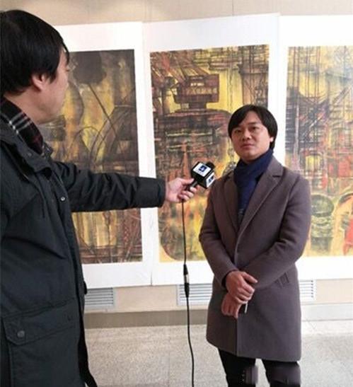 青年画家钟德接受媒体采访