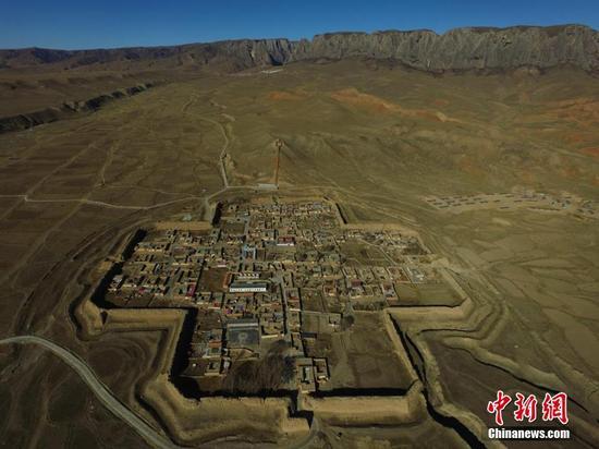 地处甘肃藏区草原上的八角古城。杨艳敏 摄