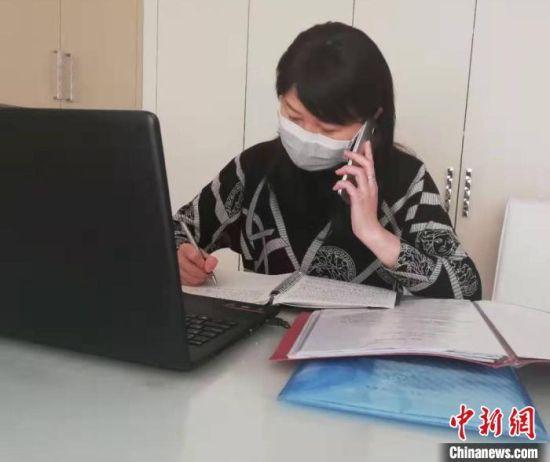 图为心理辅导老师为咨询者进行电话心理辅导。