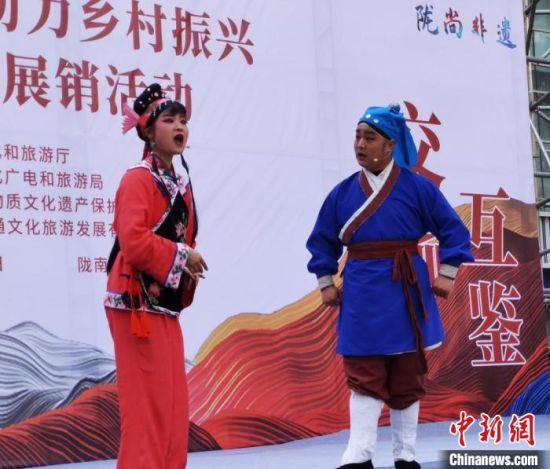 图为3月底,付田保(右一)在甘肃省非遗助力乡村振兴产品展示展销活动中表演高山戏。 张婧 摄
