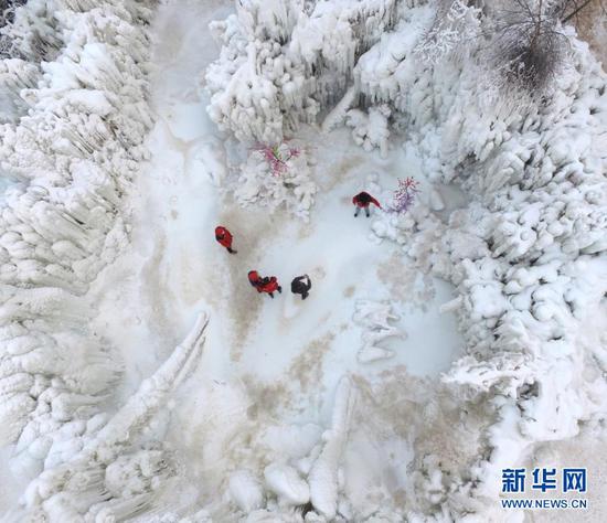 1月9日,游客在白桦林景区欣赏冰瀑(无人机拍摄)。新华社发(史有东 摄)