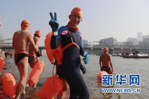 1月1日,冬泳爱好者从起点处下水。