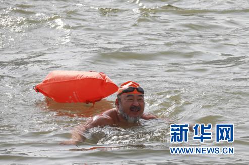 1月1日,冬泳爱好者畅游黄河。