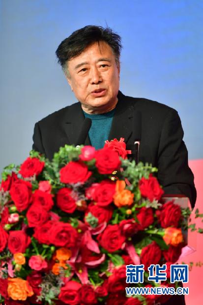5月6日,导演陈国军在电影《高铁作证》开机仪式上介绍电影情况。新华社记者 陈斌 摄