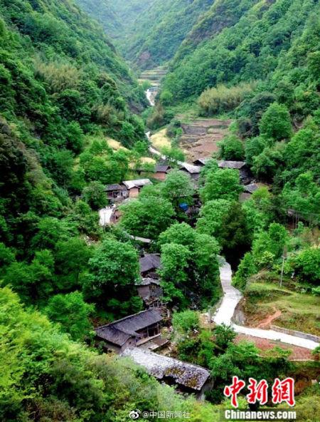 图为隐藏于深山的百年古村落。