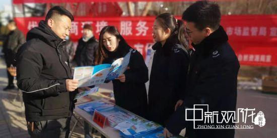 庆城县税务局在县城人口流动较多地方开展水土保持补偿费等四项非税收入宣传。