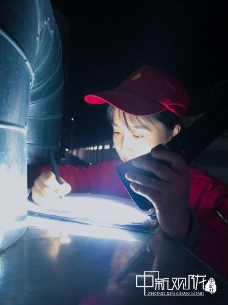 除夕凌晨两点,镇原油田方山作业区镇十一转当班员工王宁正在记录巡检数据。