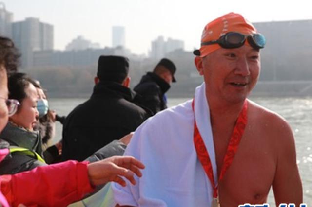 1月1日,冬泳爱好者顺利完赛。新华社记者 杜哲宇 摄