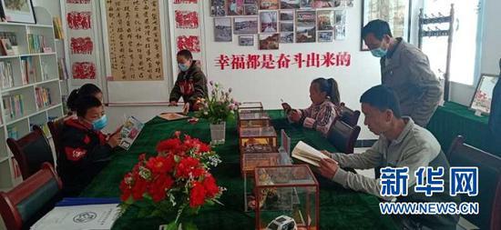 """孩子们在""""读者乡村文化驿站""""阅读。受访对象供图"""