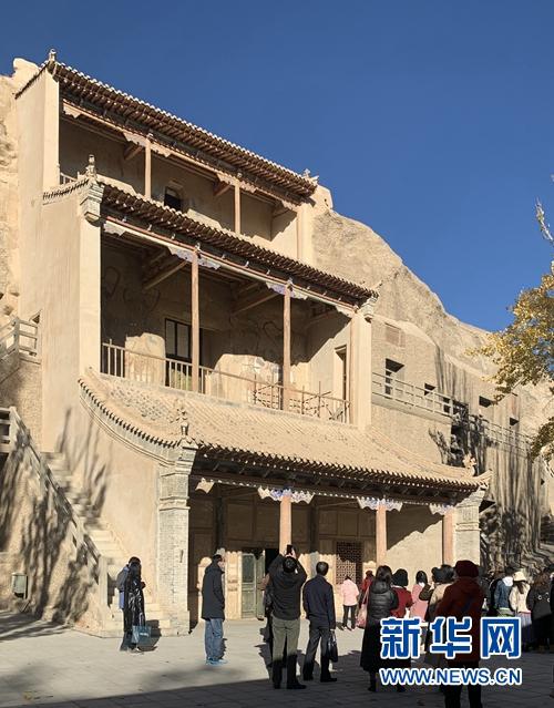 11月9日,游客在莫高窟三层楼前驻足。新华社记者 张玉洁 摄
