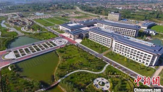 图为航拍的永靖黄河三峡旅游综合服务中心项目全貌