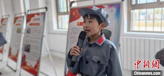 图为红军故事宣讲团成员王香茹向嘉宾讲故事。 魏建军 摄