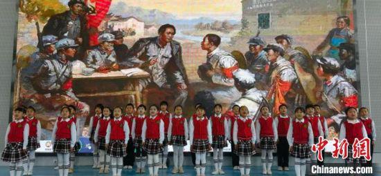 图为会宁县红军小学学生演唱红色歌曲。 魏建军 摄