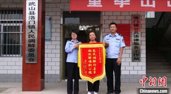 图为甘肃天水市武山县洛门镇司法所为民众调解矛盾纠纷。