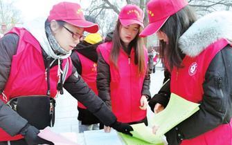 志愿者在公园林地开展护林防火宣传