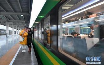 """""""绿巨人""""带红古蜀道——从兰渝铁路沿线巨变看西部发展潜力"""
