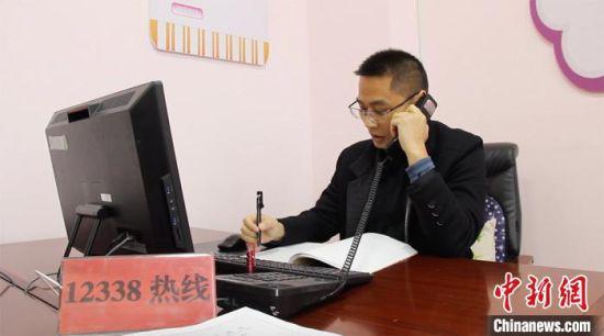 3月上旬,傅智勇正在接听热线电话。 高莹 摄