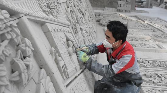 12月8日,在甘肃省临夏回族自治州临夏县一非遗扶贫就业工坊,艺人在制作砖雕作品。新华社发(史有东 摄)