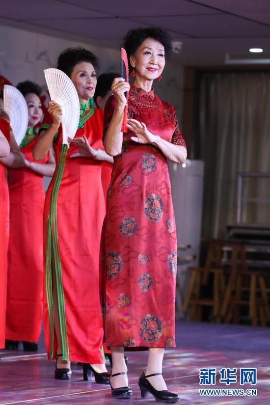 12月25日,在甘肃广播电视大学,李玲(右一)和学员进行模特表演。新华社记者 马希平 摄