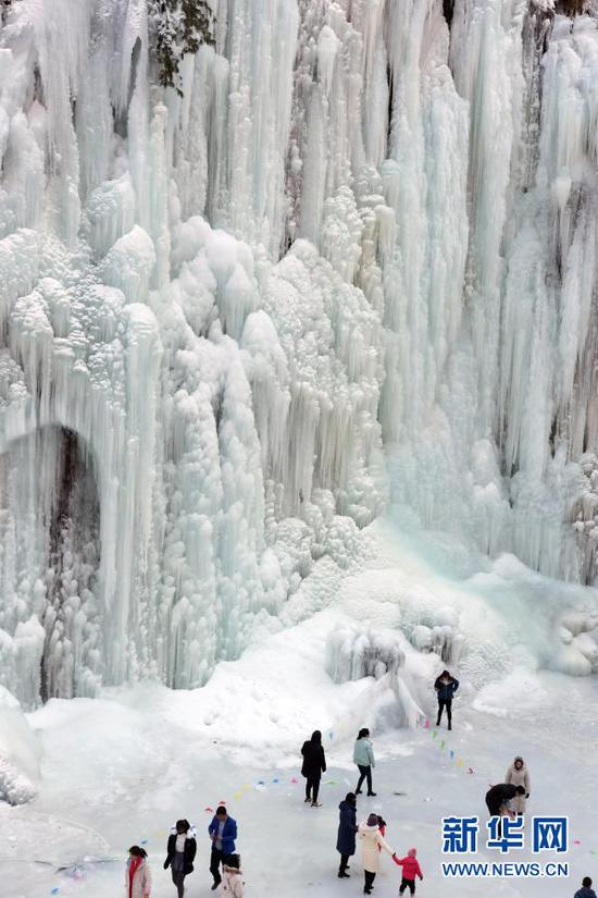 12月26日,游客在大墩峡景区欣赏冰瀑。新华社发(史有东 摄)