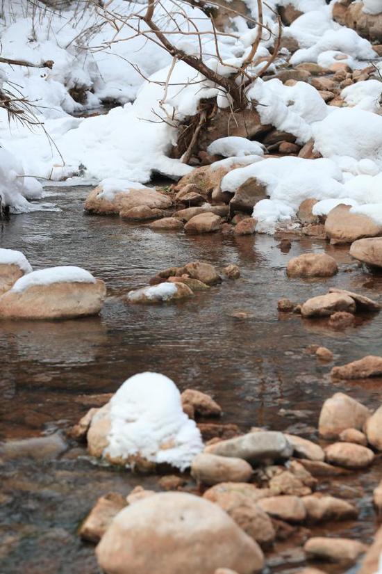 这是12月28日拍摄的甘肃省定西市渭源县天井峡景区景色。冬日里,甘肃省定西市渭源县冬景如画,宛如仙境。新华社记者 龚哲 摄