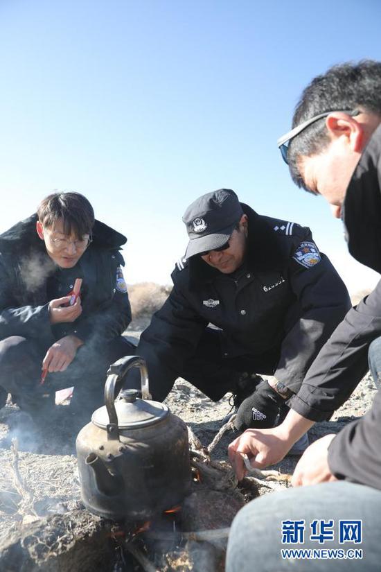 1月8日,安南坝分局民警在巡逻途中烧水。新华社记者 杜哲宇 摄