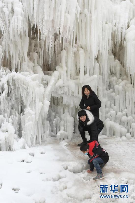 1月9日,游客在白桦林景区欣赏冰瀑。新华社发(史有东 摄)