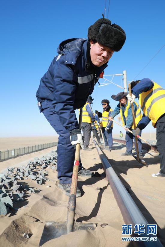 """1月12日,""""清沙人""""在清沙作业中。新华社记者 杜哲宇 摄"""