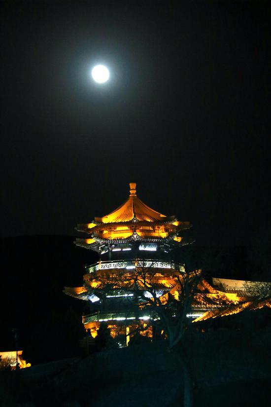 月牙泉景区拍摄的超级月亮