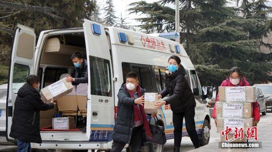 图为工作人员搬运防疫物资。