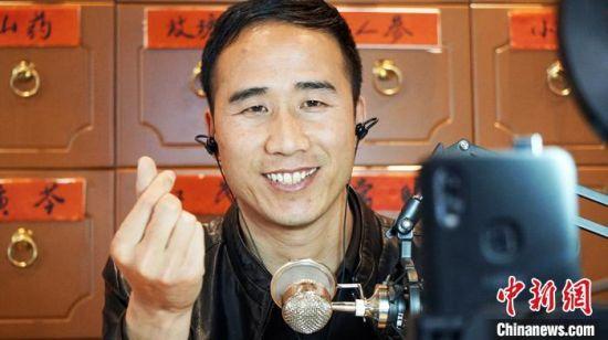 图为甘肃宕昌药农庞侠平网络直播与粉丝互动。