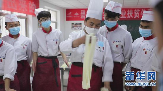马进龙(右三)在拉面示范教学