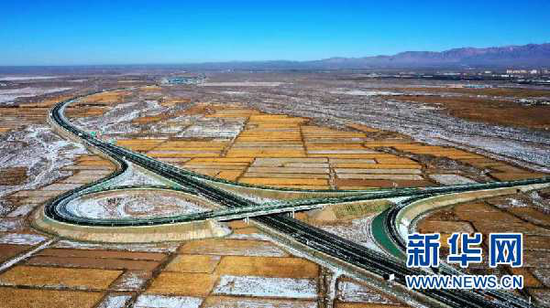 图为张掖至扁都口高速公路。甘肃省交通运输厅供图