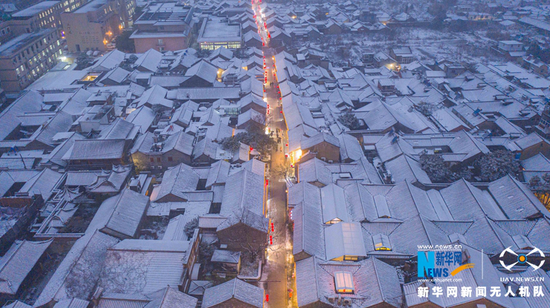 航拍东关街雪景,灯火阑珊。