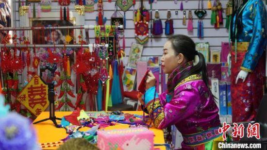 连日来,43岁的裕固族绣娘潘小红每天按时直播做培训。