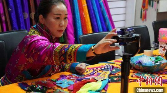 连日来,在甘肃省张掖市肃南裕固族自治县,43岁的裕固族绣娘潘小红每天按时直播做培训。