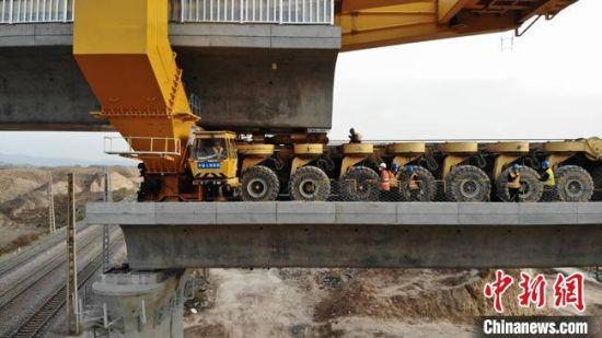 施工机械进行桥梁的对接。