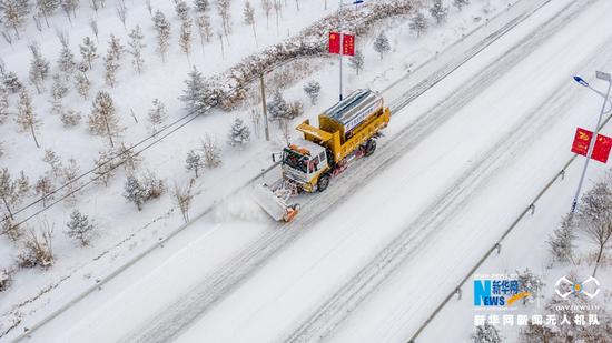 甘肃省张掖公路局除雪车辆在国道227线进行除雪作业。新华网发 (钟晓亮 摄)