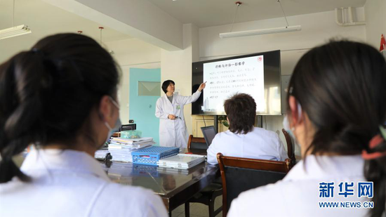 1月15日,天津市中心妇产科医院妇产专业副主任医师饶阳给甘南州人民医院妇产科的医生进行培训。新华社记者 张睿 摄