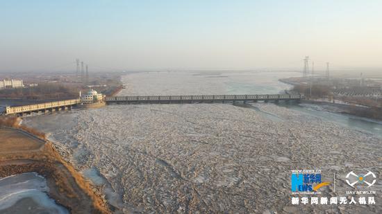 这是2020年冬季的内蒙古自治区巴彦淖尔市磴口县三盛公水利枢纽工程库区,冰层逐渐聚集,连成一片,当冰层封冻了整个河面,黄河磴口段全面封河。新华网发(王治贵 摄)